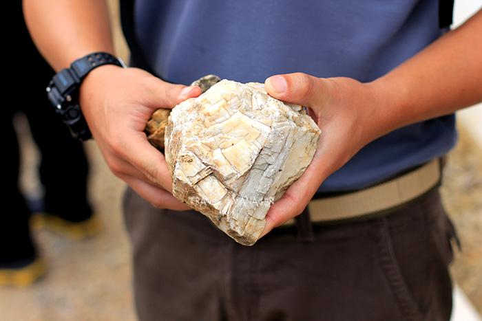 ชิ้นส่วนหินควอตซ์ที่ยังตกหล่นหลงเหลือบริเวณเขางู