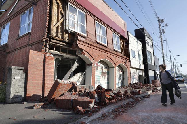 แผ่นดินไหวฮอกไกโดไฟดับกว่า 2 ล้านครัวเรือน สนามบินปิด-รถไฟหยุดวิ่ง เฝ้าระวังอาฟเตอร์ช็อก 2-3 วัน