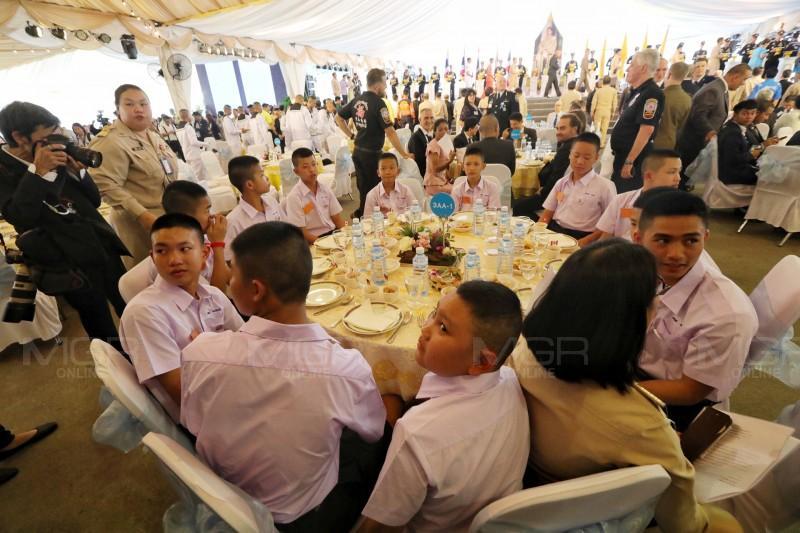 รบ.เผย ในหลวงร.10 พระราชทาน เครื่องราชอิสริยาภรณ์ ต่างชาติ-คนไทย ช่วยหมูป่า