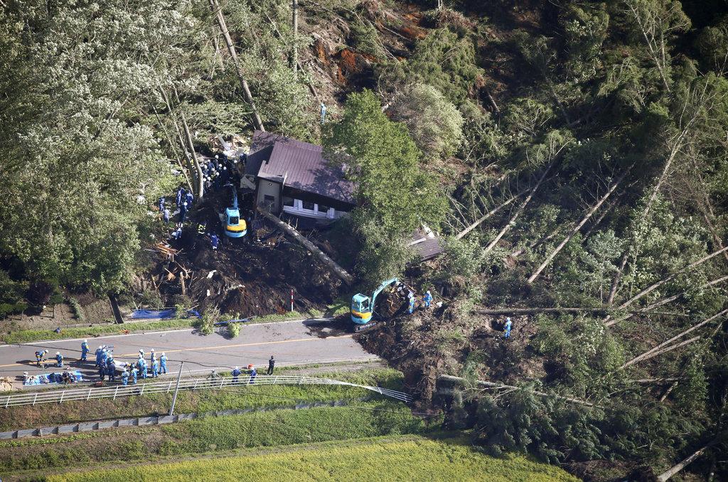 <i>ตำรวจค้นหาผู้สูญหายในจุดที่เกิดดินถล่มภายหลังแผ่นดินไหว ในเขตเมืองอัตสึมะ </i>