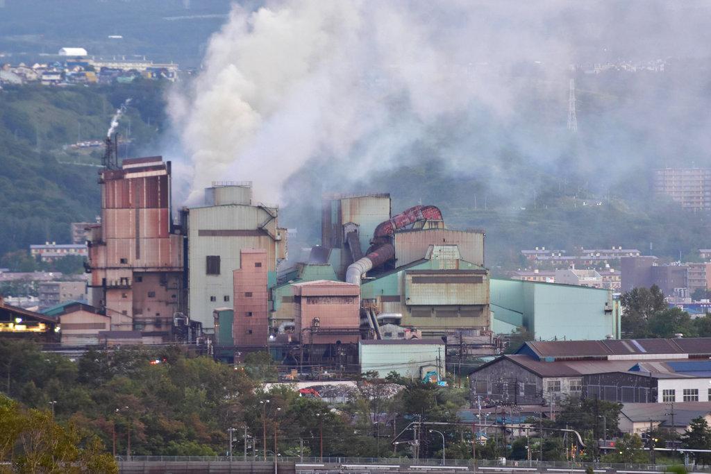 <i>ควันโขมงลอยขึ้นมาจากอาคารหลายแห่งของบริษัมมิตซูบิชิ สตีล มูโรรัน อิงค์  ระหว่างเกิดไฟไหม้ภายหลังแผ่นดินไหว ที่เมืองมูโรรัน บนเกาะฮอกไกโด เมื่อวันพฤหัสบดี (6 ก.ย.)