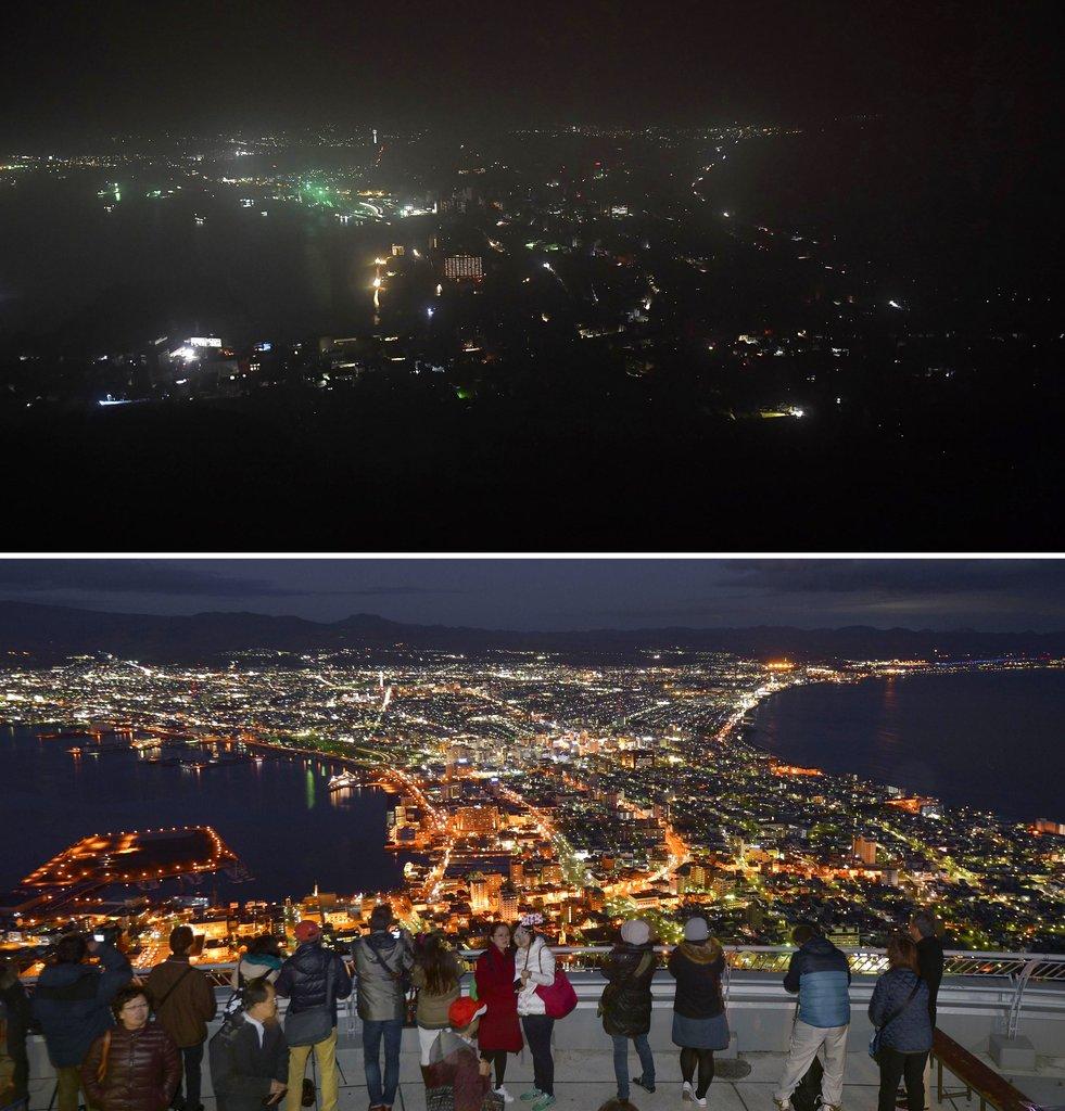 <i>(ภาพบน) เมืองฮาโคดาเตะ ซึ่งอยู่ในความมืดเนื่องจากไฟฟ้าใช้การไม่ได้ภายหลังแผ่นดินไหวรุนแรงในวันพฤหัสบดี (6 ก.ย.) เปรียบเทียบกับภาพล่างซึ่งเป็นช่วงที่บ้านเมืองมีไฟฟ้าเป็นปกติเมื่อเดือนพฤศจิกายน 2015 </i>