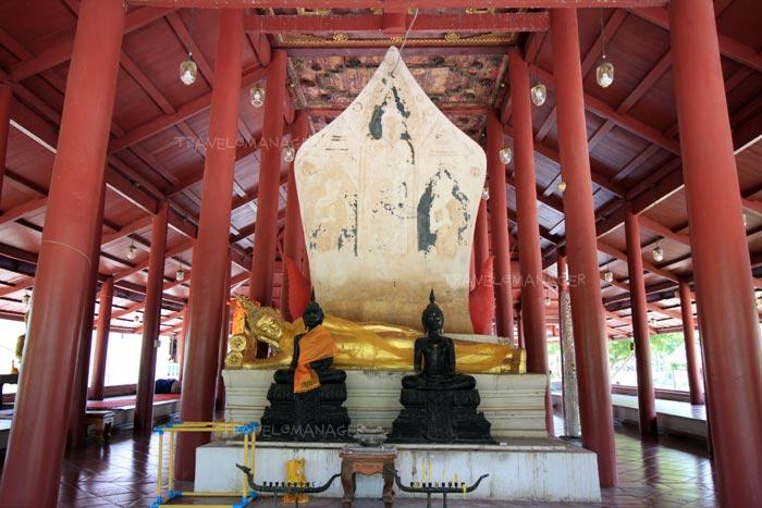 พระพุทธรูปปางไสยาสน์ประดิษฐานอยู่ในศาลาดิน