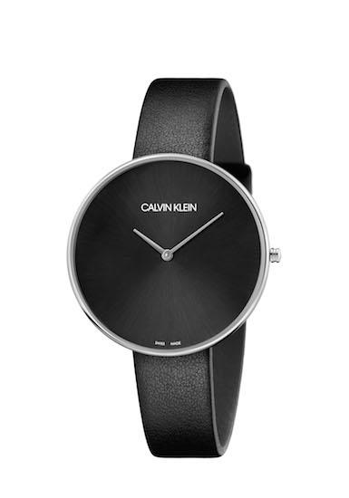 เริ่มจาก CALVIN KLEIN Full moon การสร้างเสน่ห์อันเย้ายวนบนข้อมือของหญิงสาว คือแนวคิดหลักของการออกแบบนาฬิการุ่นนี้ ด้วยความแตกต่างของหน้าปัดโอเวอร์ไซส์ ในดีไซน์เรียบง่ายกับสายหนังเส้นเรียวเล็กสีขาว, สีดำ และสีชมพูอันมีเสน่ห์ เป็นการผสมผสานงานดีไซน์ที่เกิดจากความมินิมอลซึ่งเป็นดีเอ็นเอหลักของแบรนด์ เข้ากับความเฟมินีนที่ร่วมสมัยได้อย่างลงตัว โดยมีแรงบันดาลใจหลักจากดวงจันทร์ ซึ่งสะท้อนบนหน้าปัดขัดด้านทรงกลมสีเงินและสีดำ โดยนาฬิการุ่นดังกล่าวสามารถกันน้ำอยู่ที่ระดับ 30 เมตร