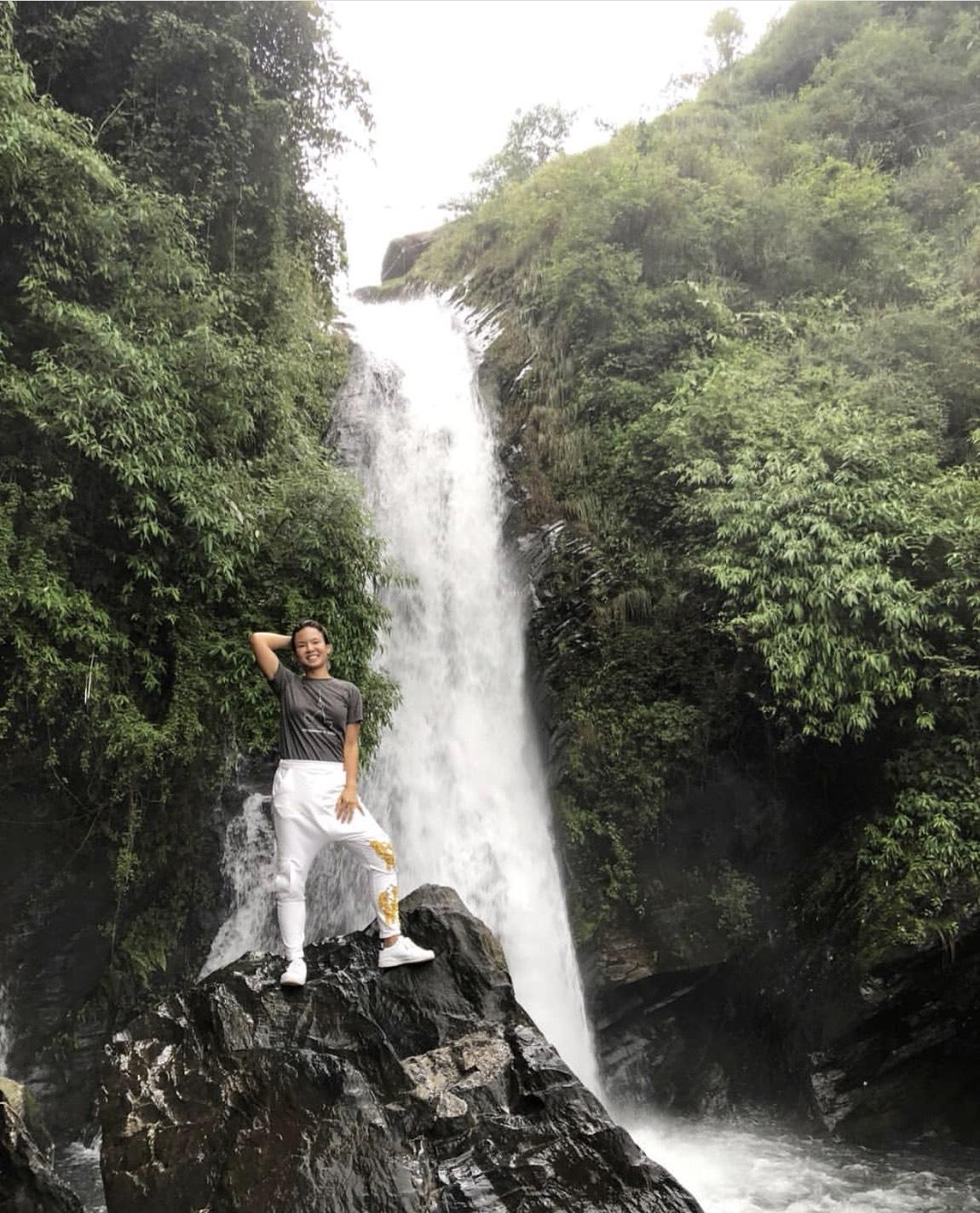 หวาดเสียว!อิ๊ป-ยุพาพักตร์ ยืนโพสต์ท่าถ่ายรูปที่หน้าน้ำตก Bhagsu Waterfall  เมือง ดารัมชาล่า