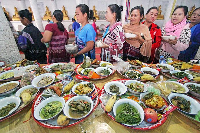 ชาวบ้านนำอาหารมังสวิรัติมาใส่บาตร