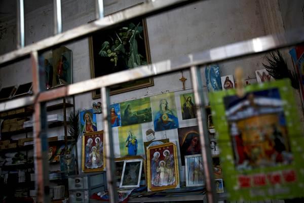 ภาพวาดและรูปเคารพในศาสนาคริสต์นิกายคาทอลิกของโบสถ์ใต้ดินในอำเภอเจียซี มณฑลกว่างตง ภาพเมื่อวันที่ 27 มี.ค.2018 (แฟ้มภาพ เอพี)