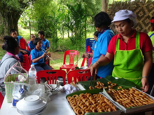 ชุมชน-นร.บ้านค่ายรวมมิตร จ.สตูล ร่วมเรียนรู้อนุรักษ์ขนมไทยรับวันสารทเดือนสิบ