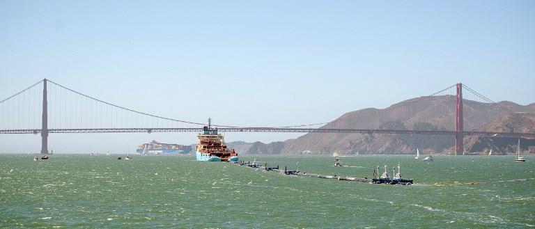 เรือเก็บกวาดขยะลอดผ่านสะพานโกลเดนเกท (JOSH EDELSON / AFP)
