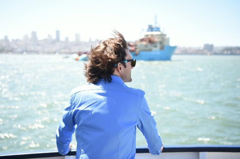 บอยอัน สแลต ผู้ก่อตัั้งโอเชียนคลีนอัพ และผู้ออกไอเดียระบบเก็บกวาดขยะพลาสติกในมหาสมุทร เฝ้ามองเรือเดินสมุทรออกจากท่าเพื่อนำขยะกลับมารีไซเคิล และเป็นการพิสูจน์เทคโนโลยีว่าใช้ได้จริง (JOSH EDELSON / AFP)