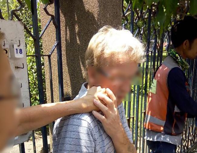 งามไส้!หนุ่มสุรินทร์ชักมีดปาดคอนักท่องเทียวเยอรมันใต้สถานีบีทีเอส หมอชิดเจ็บ ขณะเดินสวน