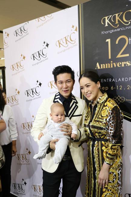 """""""อั๋น ภูวนาท"""" ควงภรรยา """"จ๋า อลิสา"""" ร่วมงาน 12th Anniversary KKC Khongkwan Clinic 12 ปีแห่งความภาคภูมิใจ"""