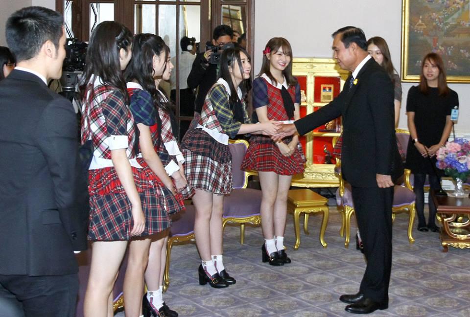 """""""ลุงตู่""""ตื่นเต้นจับมือ 8 วิ AKB48 โยกตามเพลงดังชี้มีความหมายยิ้มสู้ปัญหา"""