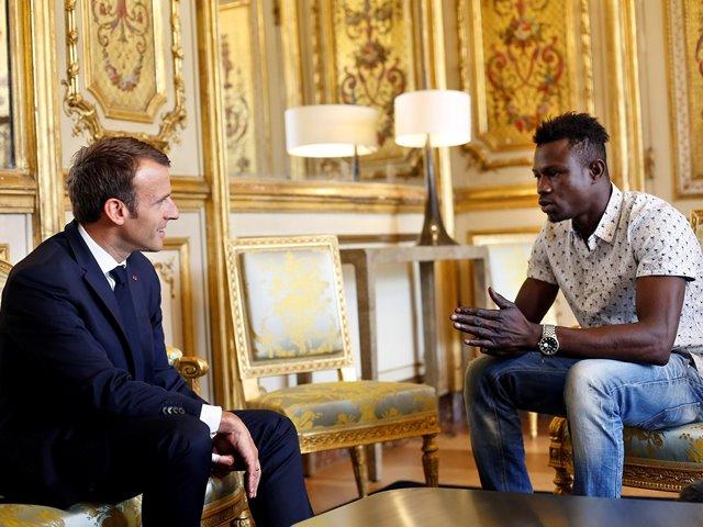 """ตามสัญญา! ฮีโร่ผู้อพยพช่วยเด็กฉายา """"ไอ้แมงมุม"""" ได้เป็นพลเมืองฝรั่งเศสแล้ว"""