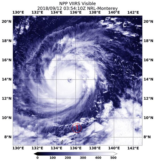 <br><FONT color=#00003>ภาพเดียวที่นำออกเผยแพร่ในช่วงข้ามวันมานี้ -- นาซ่ากล่าวในเว็บไซต์ว่าดาวเทียม Suomi สามารถถ่ายทะลุนัยน์ตาไต้ฝุ่นมังคุดจนมองเห็นผืนน้ำสีครามเบื้องล่าง -- แต่ยังไม่ได้นำออกแสดง -- วันพฤหัสบดีที่ผ่านมา ได้มีการเผยแพร่ภาพอีกจำนวนหนึ่ง ที่ถ่ายไว้โดยดาวเทียมของหน่วยงานอื่นๆ ทำให้ได้เห็นนัยน์ตากลมโตของซูเปอร์ไต้ฝุ่นใกล้ชิดยิ่งขึ้น  แต่ทั้งนี้มิใช่ภาพจากมุมตั้งฉากแบบเดียวกับของนาซ่า.   </a>
