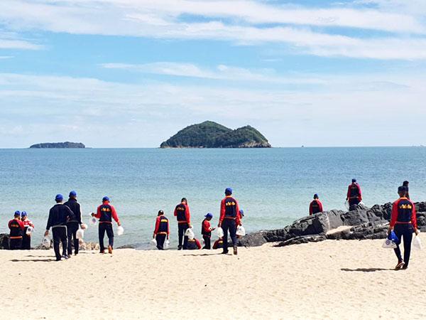 """รองผู้ว่าฯ สงขลา เปิดโครงการ """"วันเก็บขยะชายหาดสากล"""" ปลุกจิตสำนึกในการลดปริมาณขยะ"""