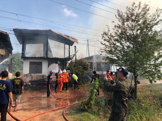 ที่เกิดเหตุไฟไหม้บ้าน ที่บ้านเดื่อเจริญ หมู่ 15 ต.บ้านเดื่อ อ.เมืองหนองคาย รวม 5 หลัง