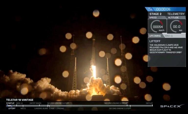 ภาพจากหน้าจอวิดีโอขณะจรวดฟอลคอน 9ของสเปซเอกซ์ ทะยานขึ้นจากฐานปล่อยจรวดสถานีกองทัพอากาศเคปคานาเวอรัล ในฟลอริดา เมื่อ 9 ก.ย.2018 เพื่อนำส่งดาวเทียมสื่อสาร แอปสตาร์ 5ซี (Apstar 5C) อีกผลงานในการขนส่งอวกาศของบริษัท (Handout / SPACEX / AFP)