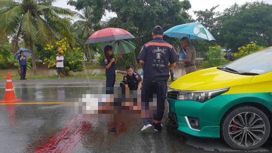 หนุ่มพนักงานขับรถจักรยานยนต์ชนท้ายรถเก๋งร่างกระเด็นแท็กซี่ชนซ้ำเสียชีวิต