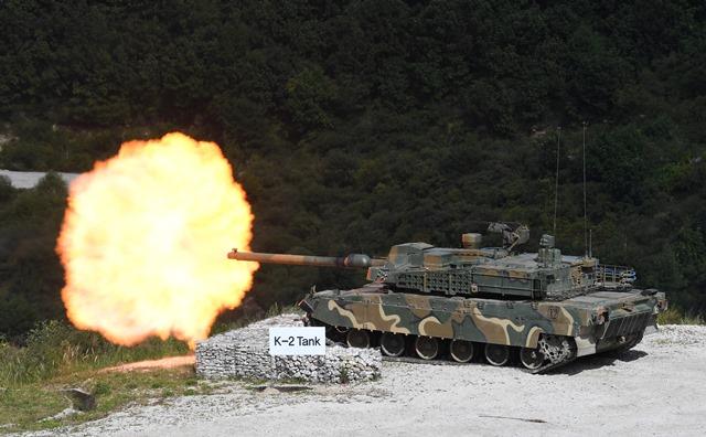 รถถังรุ่นเค 2 ของเกาหลีใต้ยิงปืนในระหว่างการสาธิตกระสุนจริงรอบสื่อในงาน Defense Expo Korea 2018 ที่สนามฝึกยิงซึงจินในเมืองโพชอน ห่างจากโซลไปทางตะวันออกเฉียงเหนือ 65 กิโลเมตร เมื่อวันที่ 11 กันยายน