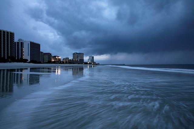 ฝนเริ่มตกนอกวงพายุเฮอร์ริเคนฟลอเรนซ์ทำให้เกิดดินถล่มในไมร์เทิลบีชของรัฐเซาท์แคโรไลนาเมื่อวันที่ 13 กันยายน
