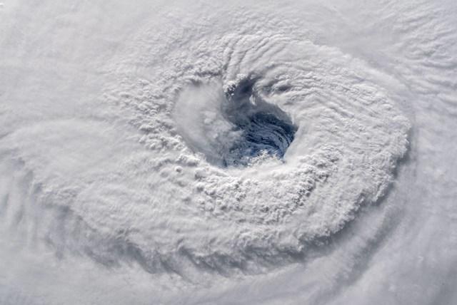 กล้องความละเอียดสูงนอกสถานีอวกาศนานาชาติจับภาพดวงตาของพายุเฮอร์ริเคยฟลิเรนซ์เมื่อเวลา 7.50 น. ตามเวลาท้องถิ่น เมื่อวันที่ 12 กันยายน