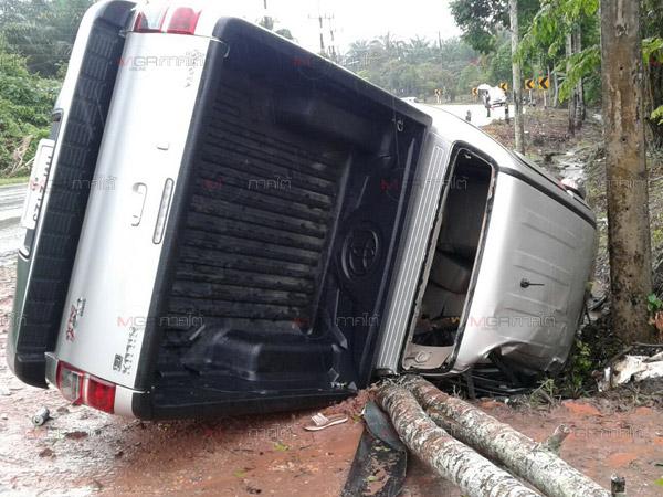 หนุ่มใหญ่ขับรถฝ่าฝนเสียหลักพลิกคว่ำหวิดตายยกครัว