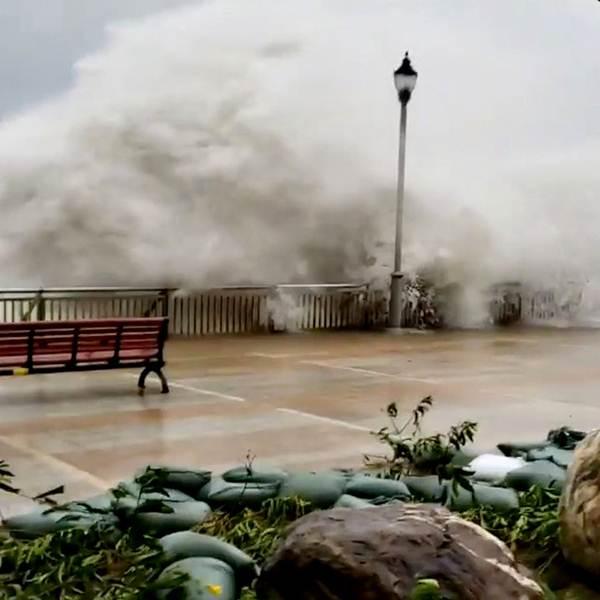 คลื่นสูงจากอิทธิฤทธิ์ของไต้ฝุ่นมังคุด ซัดชายฝั่งบริเวณเขตที่อยู่อาศัยเซี่ยงฮวาชุน (Heng Fa Chuen) ฮ่องกงเมื่อวันที่ 16 ก.ย. เจ้าหน้าที่คาดการณ์ว่าไต้ฝุ่นมังคุดอาจซัดคลื่นทะเลสูงถึง 14 เมตร (ภาพ รอยเตอร์ส)