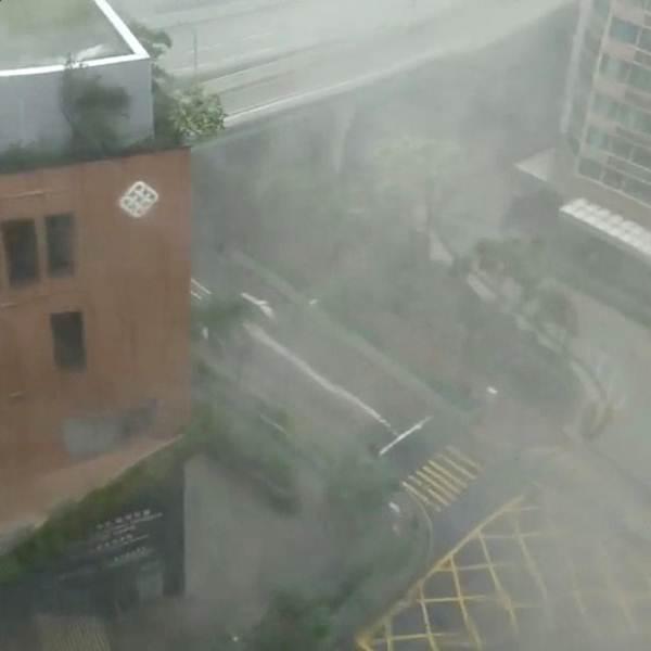 ฝนตกหนักในเขตเกาลูน ฮ่องกงขณะที่ไต้ฝุ่นมังคุดกำลังใกล้เข้ามาในวันที่ 16 ก.ย. (ภาพ รอยเตอร์ส)