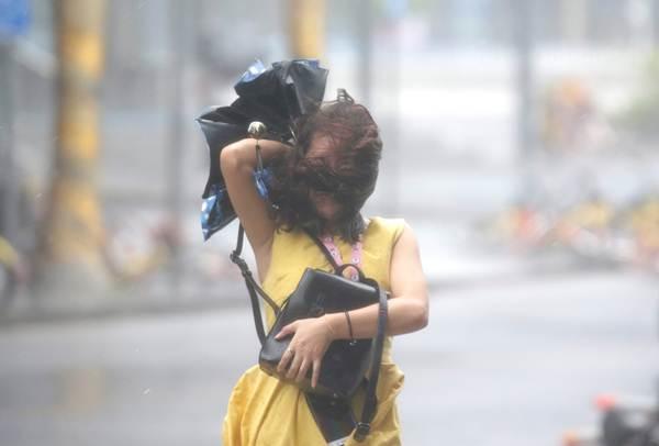 ฝนตกหนักในนครเซินเจิ้น ขณะที่ไต้ฝุ่นมังคุดกำลังใกล้เข้ามาในวันที่ 16 ก.ย. (ภาพ รอยเตอร์ส)