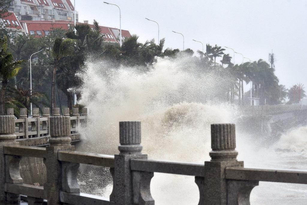 """<i>ภาพที่เผยแพร่โดยสำนักข่าวซินหวา แสดงให้เห็นกระแสคลื่นลมแรงซึ่งปะทะแนวชายฝั่งในเมืองจูไห่ ของมณฑลกวางตุ้ง ทางภาคใต้ของจีน ขณะที่ไต้ฝุ่น """"มังคุด"""" พัดเข้ามา เมื่อวันอาทิตย์ (16 ก.ย.) </i>"""