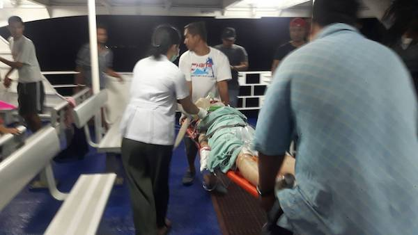 ชื่นชม! กัปตัน -บริษัทเรือเร็วลมพระยา ฝ่าคลื่นรับ 2นักท่องเที่ยว เจ็บหนักจากรถชนบนเกาะพะงัน