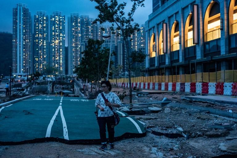 """<i>สภาพความเสียหายของถนนหนทางในเขตเจิ้งกวนโอ ของฮ่องกง เมื่อวันจันทร์ (17 ก.ย.)  จากฤทธิ์เดชของไต้ฝุ่น """"มังคุด"""" </i>"""