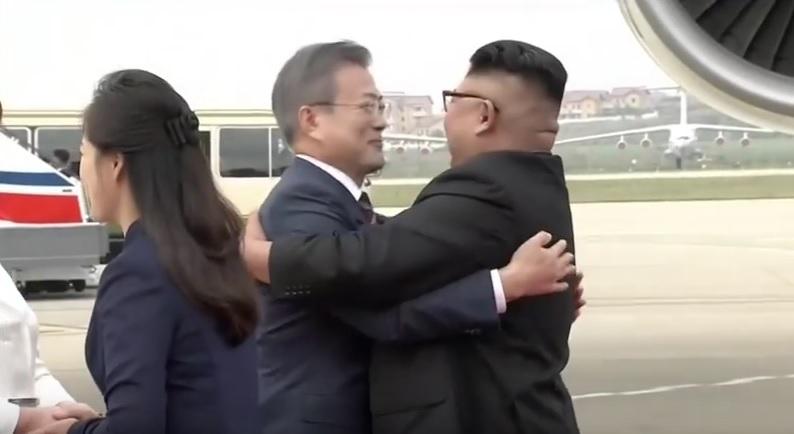 In Clip: ผู้นำสองเกาหลี 'คิม-มุน' โอบกอดที่สนามบินเปียงยาง เปิดฉากประชุมซัมมิตครั้งที่ 3