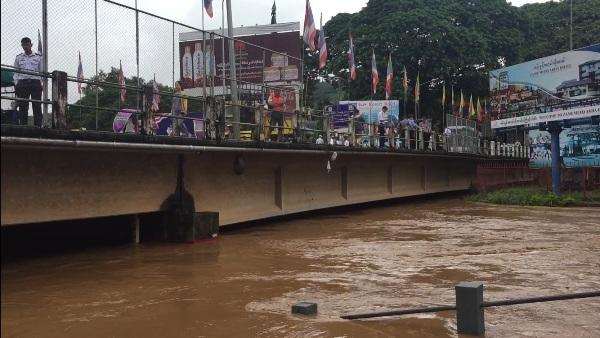"""มาเร็วไปเร็ว!น้ำสายทะลักท่วมตลาดชายแดนไทย-พม่า """"อ่างฯห้วยโป่ง-ป่าแดด""""ล้นสปีลเวย์"""