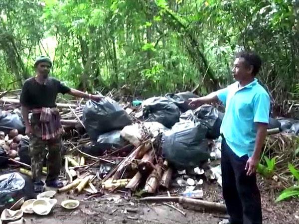 มักง่าย! ลอบทิ้งขยะบนฝายบ้านน้ำราบส่งกลิ่นเหม็น ชาวบ้านจี้หน่วยงานจัดการด่วน