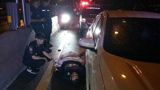 หนุ่มขี่จยย.เสียหลักล้มกลางถนน เก๋งขับตามทับร่างดับลากไกล 300 เมตร
