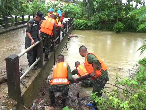 เร่งรื้อเศษวัสดุในคลองนางน้อย อ.เมืองตรัง รับมือน้ำท่วมหลังฝนตกต่อเนื่องหลายวัน