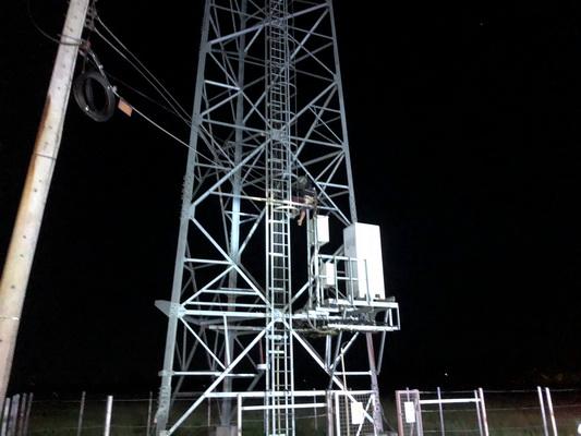 ทำเอาวุ่น!หนุ่มเพี้ยนปีนเสาส่งสัญญาณยืนหลับหลายชั่วโมงนึกว่าตาย
