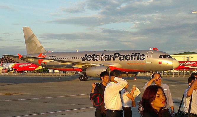 <br><FONT color=#00003>เครื่องบินจอดเรียงรายในมุมหนึ่งของสนามบินโฮจิมินห์ ตอนเช้าตรู่ 8 ก.ค.2559 -- เป็นที่ทราบกันดีว่าที่นี่แออัดมาหลายปีจนต้องให้สายการบินต่างๆ ย้ายที่จอด แต่คงจะลืมไปอีกเรื่องหนึ่ง -- รันเวย์ที่นี่สร้างขึ้นมาให้ใช้งานได้ระดับหนึ่งเท่านั้่น วันนี้ทรุดโทรมหนัก และต้องซ่อมแซมอย่างเร่งด่วน ไม่ต่างกันสนามบินกรุงนฮานอย. -- ภาพโดย วุฒิพงษ์ หลักคำ-บุญญะสาร.  </a>