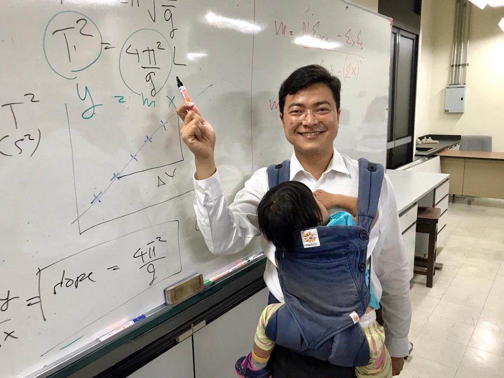 """สองหน้าที่ในเวลาเดียวกัน """"อาจารย์ฟิสิกส์ จุฬาฯ"""" สอนหนังสือ-กระเตงลูกน้อยไปด้วย"""