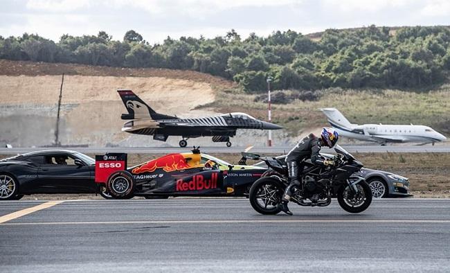 """(คลิป) ใครจะชนะ!! """"ซูเปอร์ไบค์-รถเอฟวัน-ซูเปอร์คาร์-เครื่องบิน F-16"""" ประชันความเร็วบนแทร็ค"""