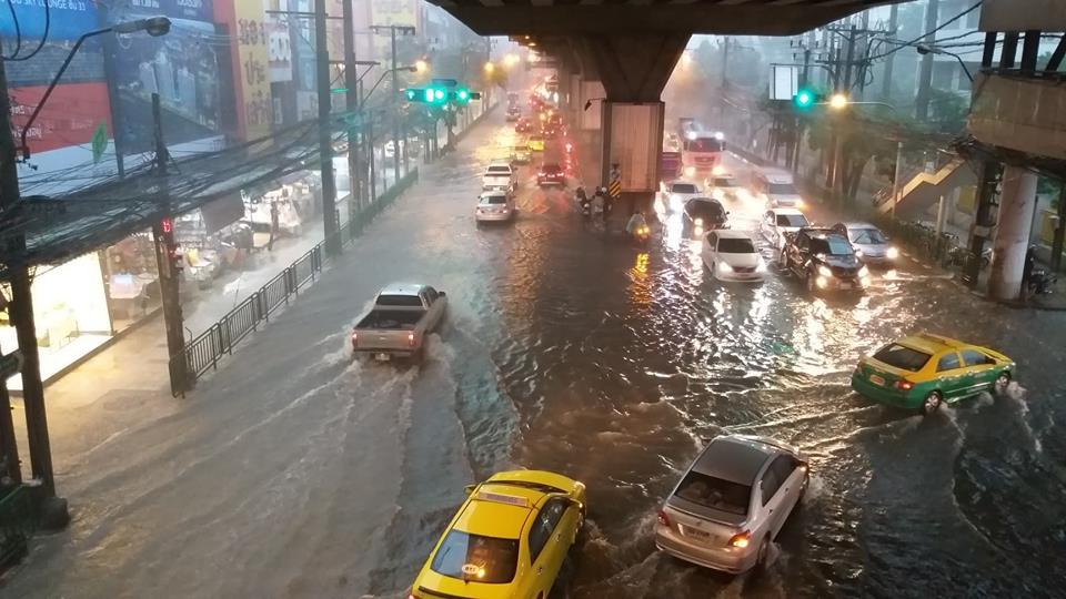 อ่วม! รามคำแหง-รัชดา ฝนตกหนัก น้ำท่วมรอน้ำระบายถึงขอบฟุตปาธ