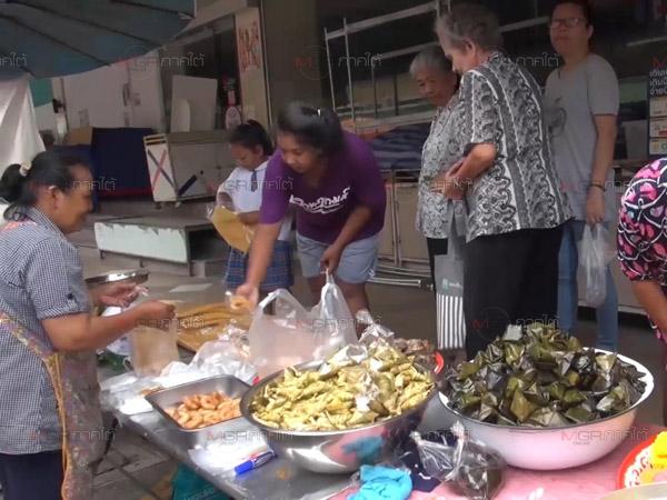 ประชาชนแห่ซื้อขนมเพื่อร่วมทำบุญเดือนสิบครั้งแรกที่ จ.สงขลา