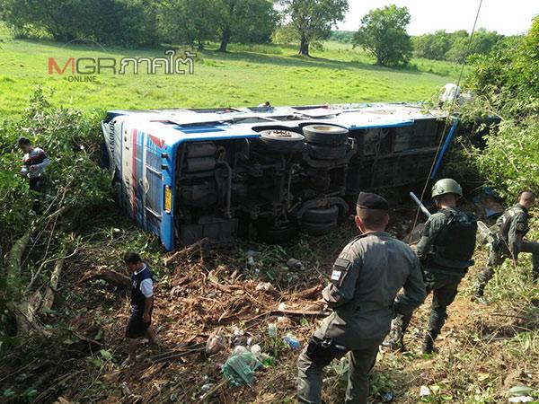 คนขับหลับใน! รถทัวร์ภูเก็ต-สุไหงโก-ลก ชนเสาไฟฟ้าหักตกข้างทาง ผู้โดยสารเจ็บ 10 ราย