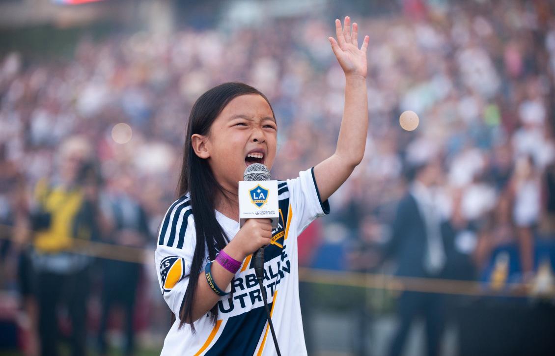 """พระเจ้ายังขนลุก!! """"ซลาตัน"""" ทึ่งสาวน้อยวัย 7 ขวบ เปล่งเสียงทรงพลังร้องเพลงชาติก่อนเกม (คลิป)"""
