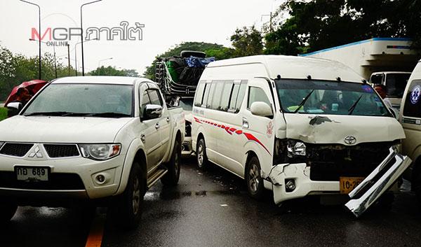 ฝนตกถนนลื่นรถชนกัน 3 คันรวด บนถนนเพชรเกษมใน จ.พัทลุง คนเจ็บ 1 ราย