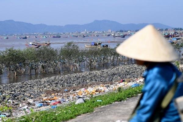 คนรุ่นใหม่เวียดนาม ออกมารณรงค์ต่อต้าน 'ก่อขยะพลาสติก'