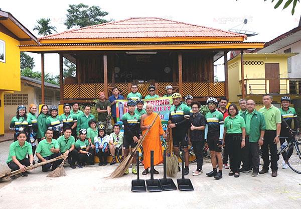 ธ.ก.ส.จัดโครงอาสาพัฒนาชนบท ด้วยการนำพนักงานปั่นจักรยาน เก็บขยะ กวาดลานวัด