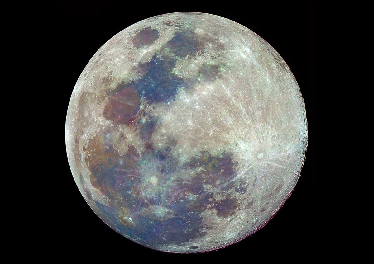 ตัวอย่างภาพถ่ายดวงจันทร์สี โดยการถ่ายภาพดวงจันทร์เต็มดวงจำนวน 22 ภาพแบบต่อเนื่อง แล้วนำภาพทั้งหมดมา Stack Image ด้วยโปรแกรม RegiStax6 และสุดท้ายนำภาพมาปรับเร่งความอิ่มสี (ภาพโดย : ศุภฤกษ์ คฤหานนท์ / Camera : Canon 5D Mark ll / Lens :Takahashi TOA 150  / Focal length : 1100 mm. / Aperture : f/7.3  / ISO : 100 / Exposure : 1/400s x 20 Images)